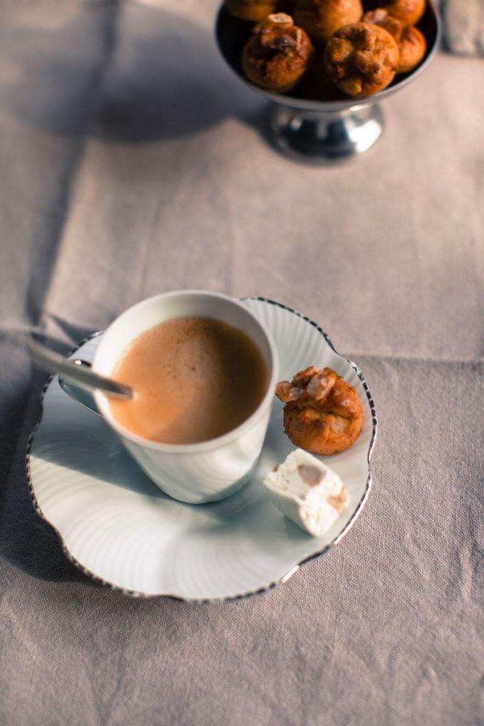Nougats aux noix avec le café