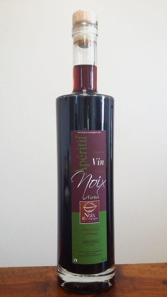 Bouteille de vin de noix vertes pour l'apéritif
